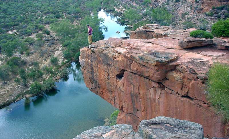 Walter Hermann auf Klippe in Australien